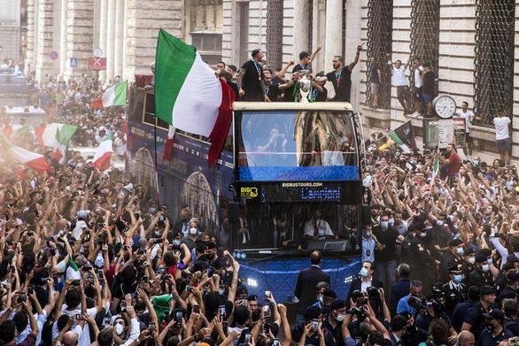 Xe buýt chở tuyển Ý chìm trong biển người khi đến cung điện Quirinal - Ảnh 5.