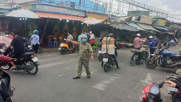 Chợ tạm ngưng hoạt động được thí điểm bán rau củ để giảm tải cho siêu thị - Ảnh 1.