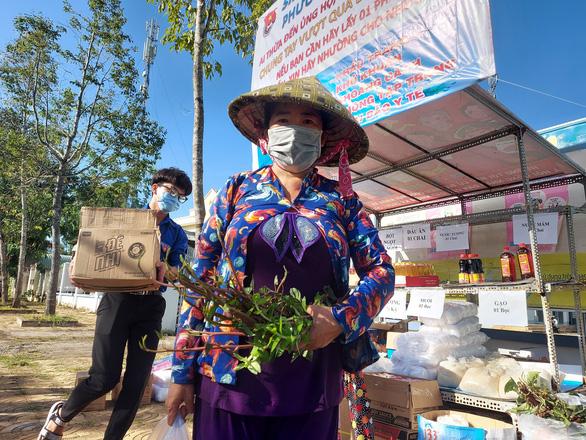 15 tấn gạo, 5 tấn rau củ gửi người nghèo, người sống trong khu phong tỏa ở Cần Thơ - Ảnh 3.