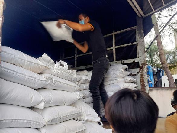 15 tấn gạo, 5 tấn rau củ gửi người nghèo, người sống trong khu phong tỏa ở Cần Thơ - Ảnh 2.