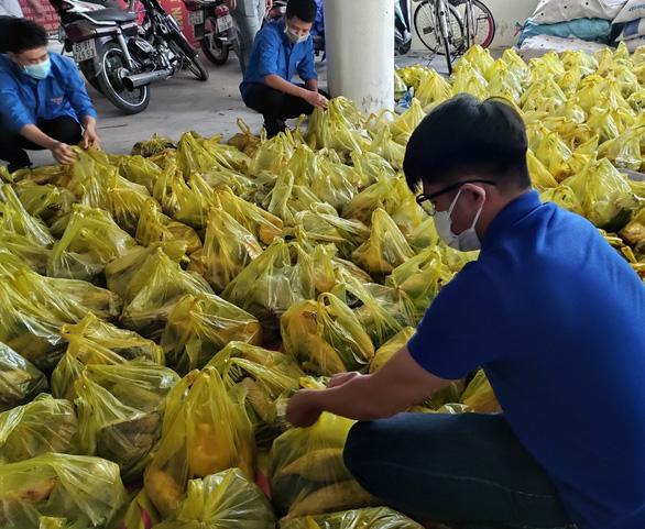 15 tấn gạo, 5 tấn rau củ gửi người nghèo, người sống trong khu phong tỏa ở Cần Thơ - Ảnh 4.