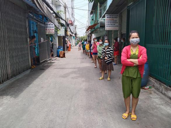 Dân Sài Gòn đi chợ giúp nhau, chia từng cọng rau con cá, thấy thương sao hết - Ảnh 3.
