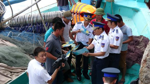 Dùng cả tàu quân sự để chống khai thác hải sản bất hợp pháp - Ảnh 1.