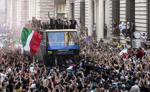 Xe buýt chở tuyển Ý chìm trong biển người khi đến cung điện Quirinal - Ảnh 8.