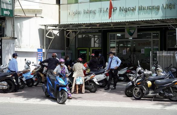 Hiểu nhầm chỉ thị 16, người dân Vũng Tàu ào ào đến ngân hàng - Ảnh 4.