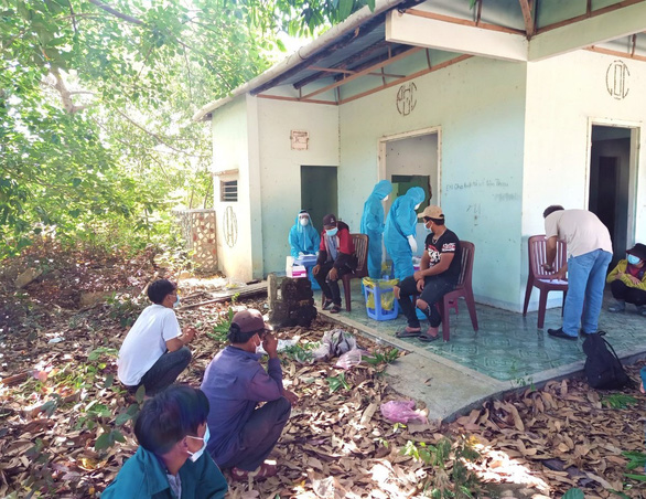 Khánh Hòa hỗ trợ ôtô chở 157 người lao động H'rê về quê ở Quảng Ngãi - Ảnh 3.