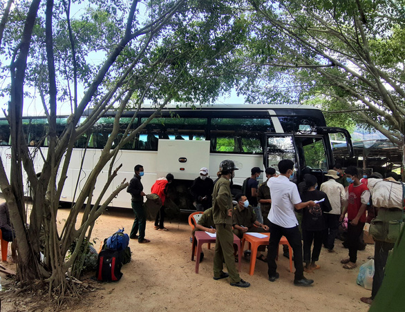 Khánh Hòa hỗ trợ ôtô chở 157 người lao động H'rê về quê ở Quảng Ngãi - Ảnh 2.