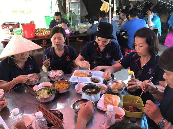 15 tấn gạo, 5 tấn rau củ gửi người nghèo, người sống trong khu phong tỏa ở Cần Thơ - Ảnh 6.