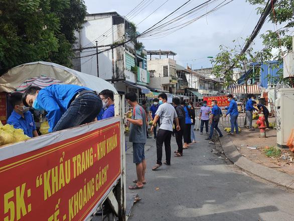 15 tấn gạo, 5 tấn rau củ gửi người nghèo, người sống trong khu phong tỏa ở Cần Thơ - Ảnh 1.