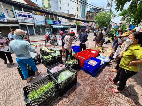Bất ngờ được mua thịt, cá... giá siêu thị ngay ở vỉa hè TP.HCM - Ảnh 1.