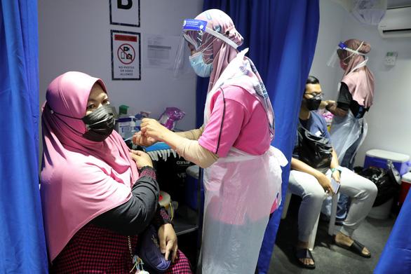 Malaysia đóng trung tâm tiêm chủng có hơn 200 nhân viên dương tính - Ảnh 1.