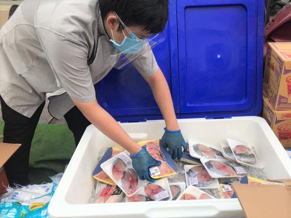 Bất ngờ được mua thịt, cá... giá siêu thị ngay ở vỉa hè TP.HCM - Ảnh 3.