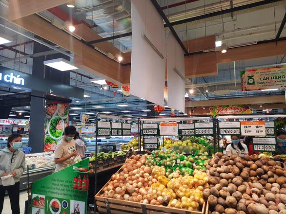 Trứng ở siêu thị giá bình ổn bị gom để bán ra ngoài - Ảnh 2.