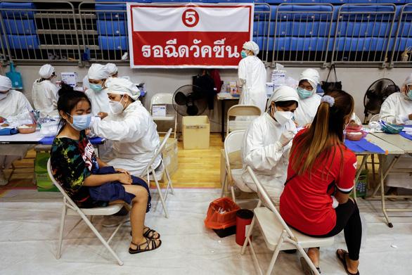 Thái Lan quyết trộn vắc xin Trung Quốc với AstraZeneca, bất chấp WHO - Ảnh 1.