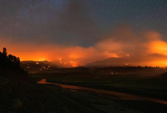 Cháy rừng khắp 10 bang ở Mỹ, nóng đạt đỉnh - Ảnh 2.