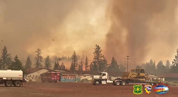 Cháy rừng khắp 10 bang ở Mỹ, nóng đạt đỉnh - Ảnh 1.