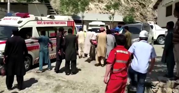 Nổ xe buýt ở Pakistan, 9 người Trung Quốc thiệt mạng - Ảnh 1.