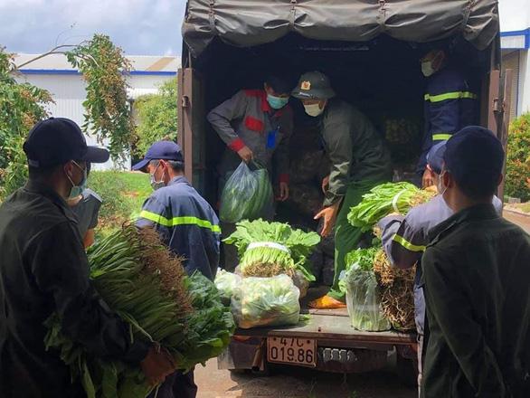 Nhóm bạn trẻ Việt Hiphop ủng hộ 3 tấn rau củ cho người dân khó khăn ở TP.HCM - Ảnh 2.