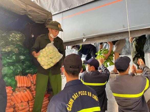 Nhóm bạn trẻ Việt Hiphop ủng hộ 3 tấn rau củ cho người dân khó khăn ở TP.HCM - Ảnh 1.