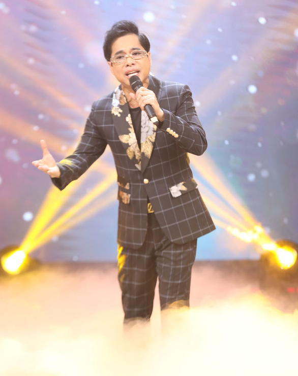 Ca sĩ Ngọc Sơn xuất hiện bên mẹ trong đêm nhạc của Dấu ấn huyền thoại - Ảnh 3.