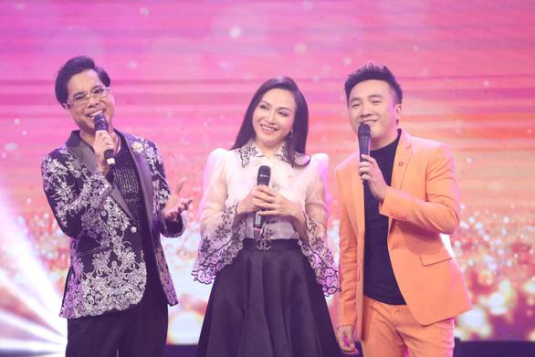Ca sĩ Ngọc Sơn xuất hiện bên mẹ trong đêm nhạc của Dấu ấn huyền thoại - Ảnh 4.