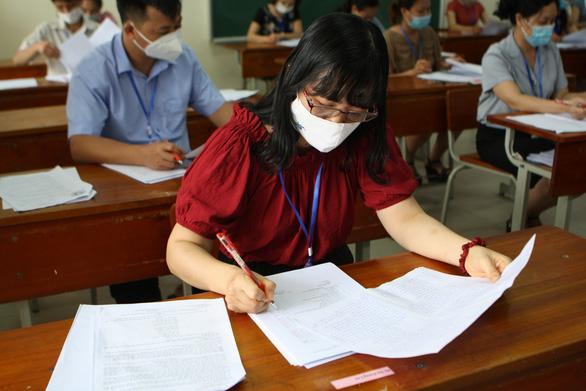 Chấm thi tốt nghiệp THPT: Giám khảo lo đáp án đóng, bộ nói hướng dẫn chấm mở - Ảnh 2.