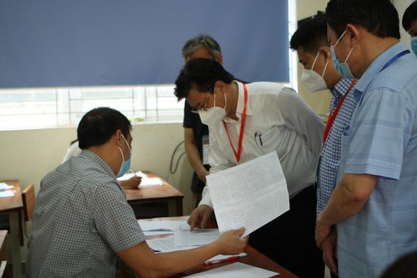 Chấm thi tốt nghiệp THPT: Giám khảo lo đáp án đóng, bộ nói hướng dẫn chấm mở - Ảnh 1.