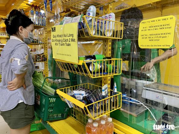 Hớt hải chạy đua mua thực phẩm trong 10 phút theo quy định của cửa hàng - Ảnh 11.