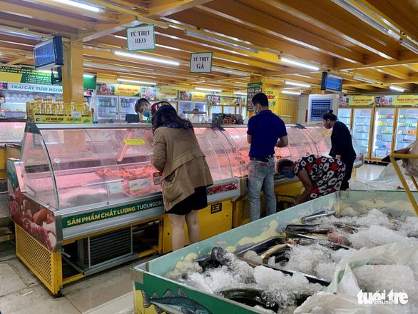 Hớt hải chạy đua mua thực phẩm trong 10 phút theo quy định của cửa hàng - Ảnh 5.