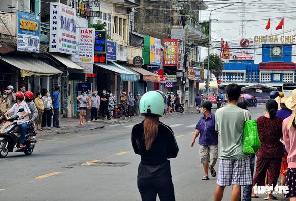 Xếp hàng dài cả trăm mét để mua thức ăn ở cửa hàng thực phẩm, siêu thị lưu động - Ảnh 5.