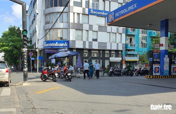 Quận Phú Nhuận phản hồi vụ đi ra ATM rút tiền mua đồ ăn bị phạt 1 triệu đồng - Ảnh 1.