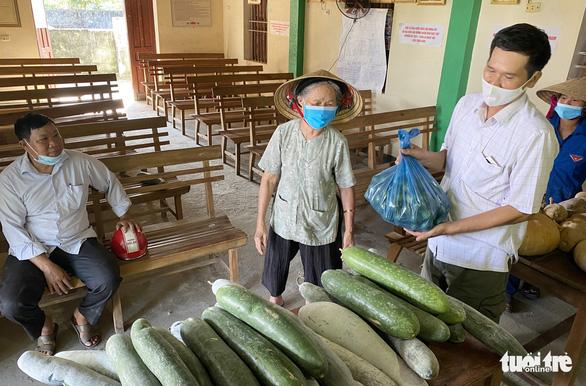 Bà con xứ Nghệ gom rau, làm khô cá gửi người dân TP.HCM - Ảnh 2.