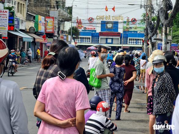Xếp hàng dài cả trăm mét để mua thức ăn ở cửa hàng thực phẩm, siêu thị lưu động - Ảnh 2.