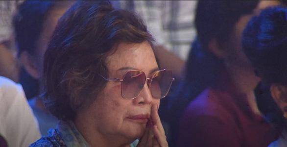 Ca sĩ Ngọc Sơn xuất hiện bên mẹ trong đêm nhạc của Dấu ấn huyền thoại - Ảnh 2.
