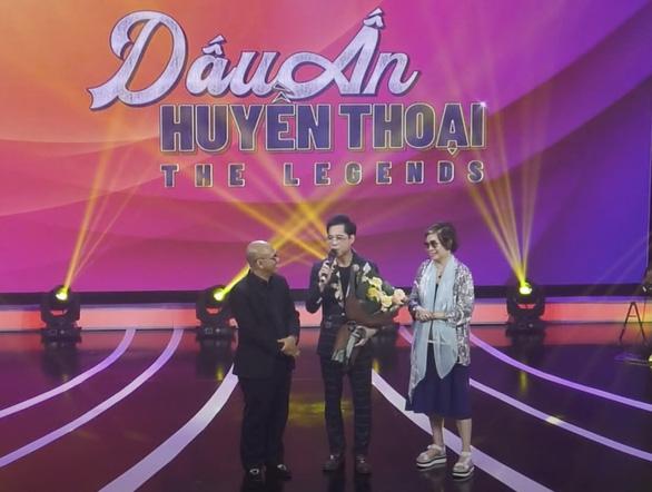 Ca sĩ Ngọc Sơn xuất hiện bên mẹ trong đêm nhạc của Dấu ấn huyền thoại - Ảnh 1.