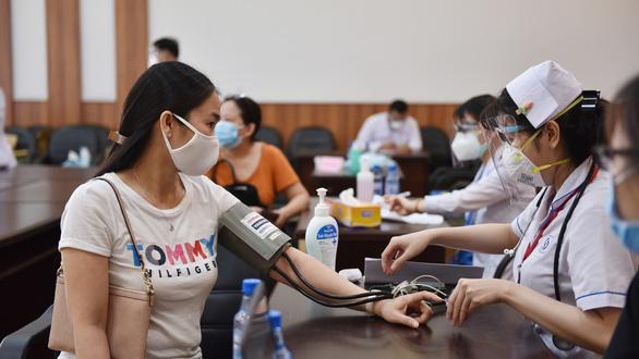 HỎI - ĐÁP về dịch COVID-19: Người dân ở TP.HCM sẽ được tiêm vắc xin đợt 5 thế nào? - Ảnh 1.