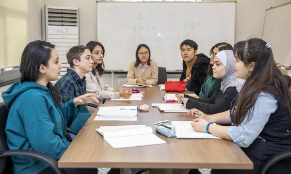 Đại học là môi trường lý tưởng để sử dụng ngoại ngữ - Ảnh 2.