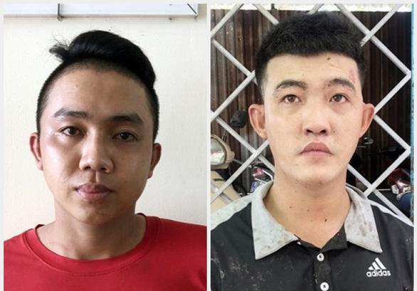 Né chốt kiểm dịch bất thành, hai thanh niên rút dao găm, dao bầu tấn công cảnh sát - Ảnh 1.