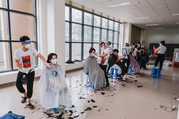 Nghệ sĩ vừa cắt tóc, vừa hát phục vụ y bác sĩ: Bệnh viện nào cần, hãy gọi chúng tôi - Ảnh 2.