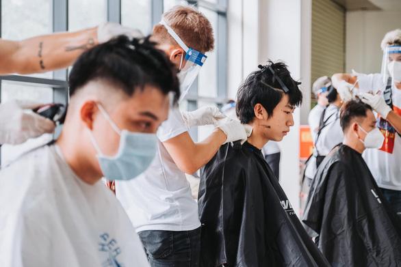 Nghệ sĩ vừa cắt tóc, vừa hát phục vụ y bác sĩ: Bệnh viện nào cần, hãy gọi chúng tôi - Ảnh 1.