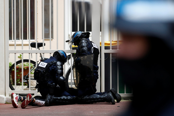 Người Pháp biểu tình phản đối hạn chế phòng dịch COVID-19 trong ngày Quốc khánh - Ảnh 2.