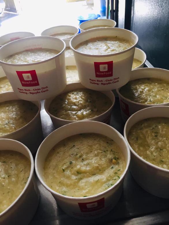 Miệt mài nấu cháo dinh dưỡng tặng trẻ nhỏ những ngày đại dịch - Ảnh 2.