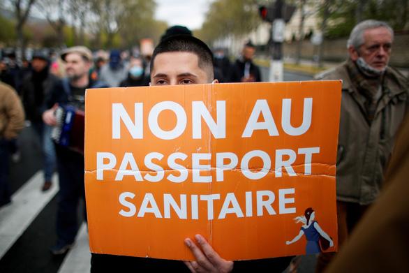 Người Pháp biểu tình phản đối hạn chế phòng dịch COVID-19 trong ngày Quốc khánh - Ảnh 3.