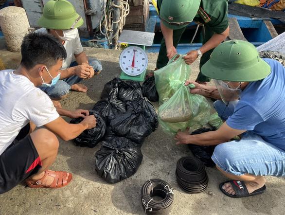 Phát hiện 45kg thuốc nổ trên tàu cá Nghệ An neo ở Vũng Tàu - Ảnh 1.