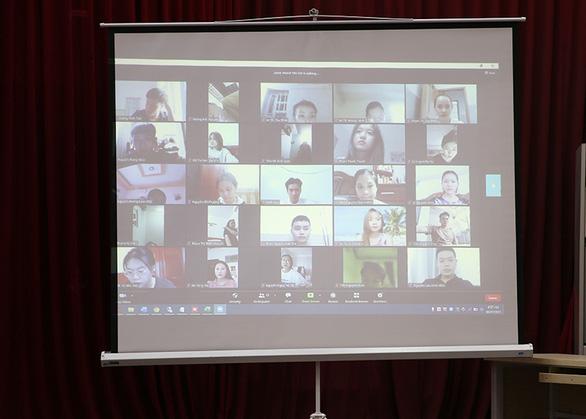 Hơn 20.000 sinh viên ĐH Duy Tân thi kết thúc học phần online giữa mùa dịch - Ảnh 2.