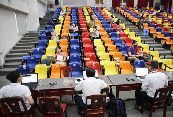 Hơn 20.000 sinh viên ĐH Duy Tân thi kết thúc học phần online giữa mùa dịch - Ảnh 3.