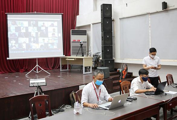 Hơn 20.000 sinh viên ĐH Duy Tân thi kết thúc học phần online giữa mùa dịch - Ảnh 1.