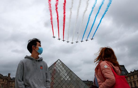 Người Pháp biểu tình phản đối hạn chế phòng dịch COVID-19 trong ngày Quốc khánh - Ảnh 9.