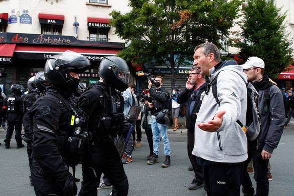 Người Pháp biểu tình phản đối hạn chế phòng dịch COVID-19 trong ngày Quốc khánh - Ảnh 1.