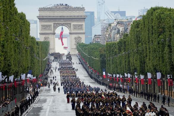 Người Pháp biểu tình phản đối hạn chế phòng dịch COVID-19 trong ngày Quốc khánh - Ảnh 4.